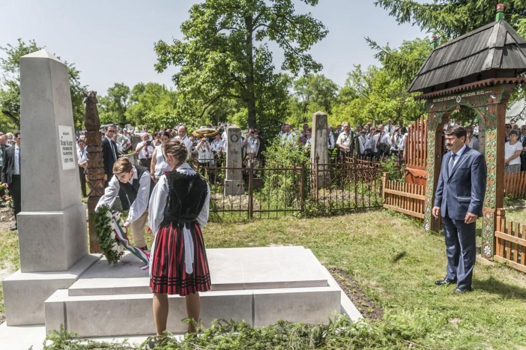 Sepsikõröspatak, 2016. június 23. Áder János köztársasági elnök (j) megkoszorúzza Bedõ Albert, a 150 éves Országos Erdészeti Egyesület egyik alapítója sírját a Sepsikõröspatakhoz tartozó kálnoki temetõben az egyesület vándorgyûlése után Erdélyben 2016. június 23-án. MTI Fotó: Veres Nándor