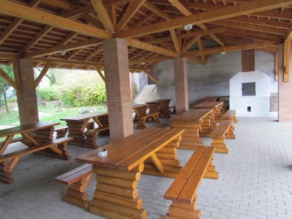 Közösségi tér bútorokkal és kemencével (Fotó: Mentusz Károly)