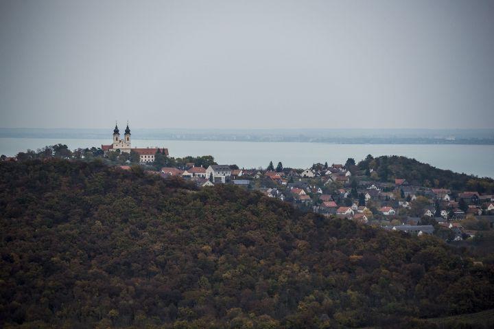 Tihany, 2016. november 2. A Tihanyi apátság és a Balaton látképe az újonnan átadott Õrtorony kilátóból Tihanyban 2016. november 2-án. MTI Fotó: Bodnár Boglárka
