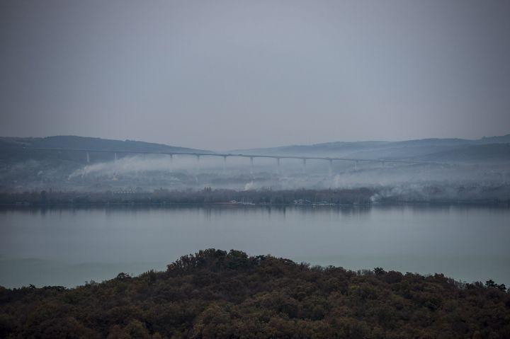 Tihany, 2016. november 2. A Kõröshegyi völgyhíd és a Balaton látképe az újonnan átadott Õrtorony kilátóból Tihanyban 2016. november 2-án. MTI Fotó: Bodnár Boglárka