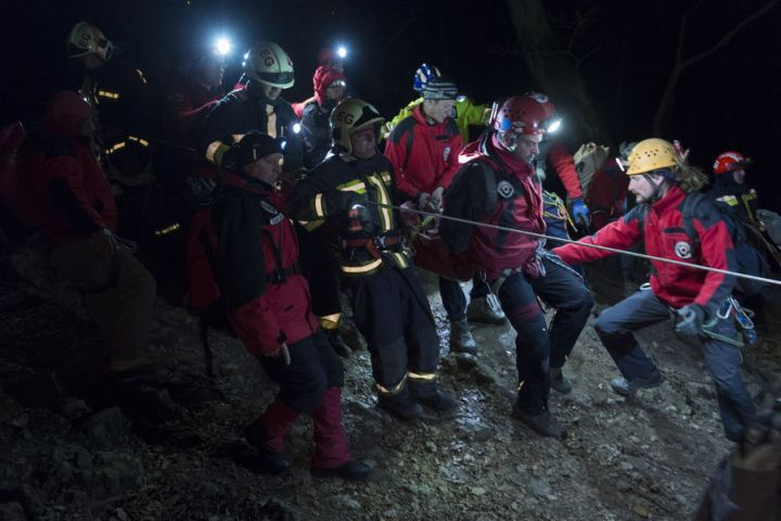 Balesetet szenvedett turistát ment a Magyar Barlangi Mentőszolgálat, a Katasztrófavédelem és a Pest Megyei Kutató-mentő szolgálat tagjai a Pilisben a Vadálló köveknél.