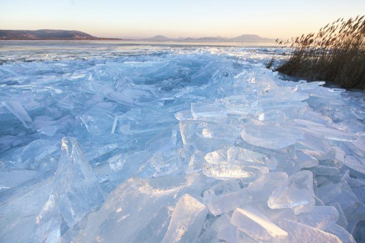 A viharos szélben összetört és feltorlódott jégtáblák a Balatonon, Balatonberénynél - MTI Fotó: Varga György