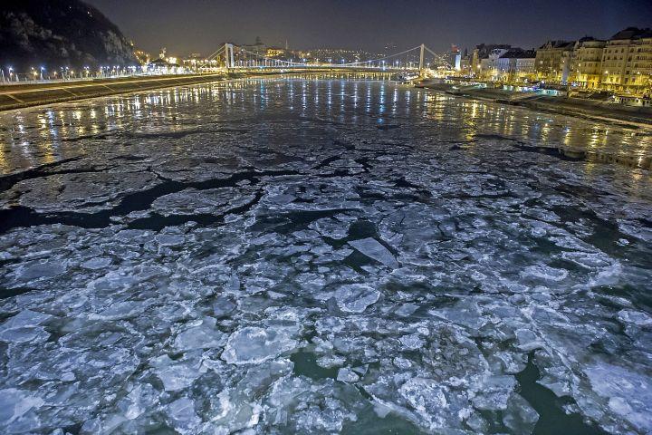 Jégzajlás a Dunán Budapesten 2017. január 8-ra virradó éjjel. - MTI Fotó: Lakatos Péter