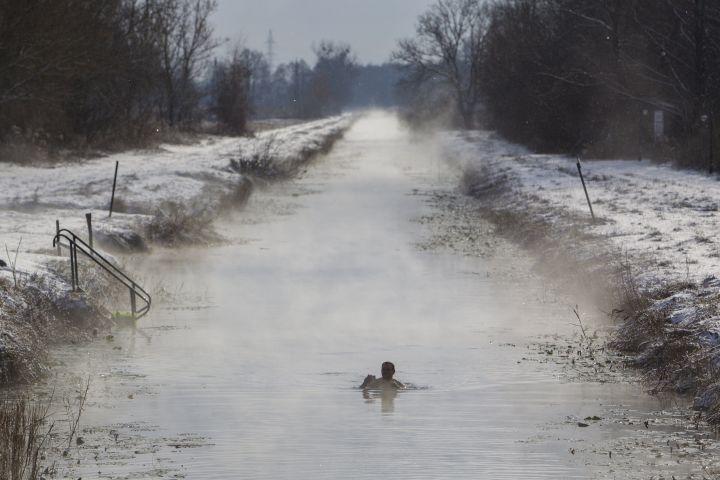 Egy férfi fürdik a Hévízi-csatornában január 8-án. A 13 kilométer hosszú csatorna a Hévízi-tavat köti össze a Zala folyóval. Téli idõszakban a víz a tó közelében 18-20 Celsius-fokos. - MTI Fotó: Varga György