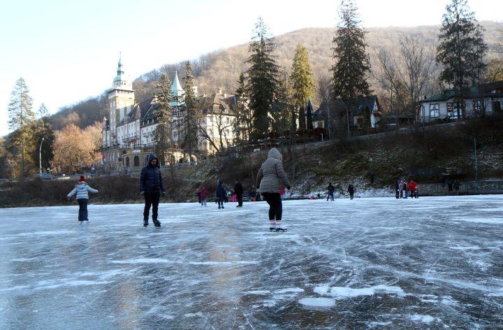 Korcsolyázók Lillafüreden, a befagyott Hámori-tavon - MTI Fotó: Vajda János