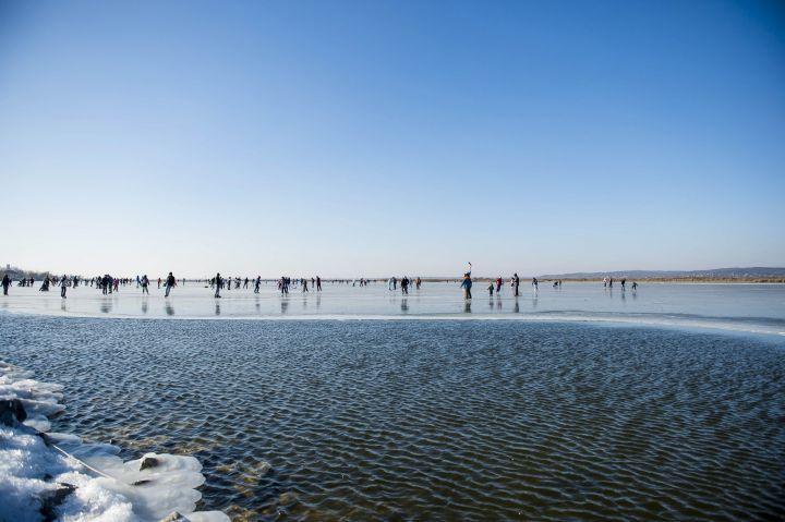 Agárd, 2017. január 7. Korcsolyázók a befagyott Velencei-tó jegén 2017. január 7-én. Az Agárdi Popstrandon, kijelölt pályán biztonságos, 11 centiméter vastag jégen lehet korcsolyázni. MTI Fotó: Bodnár Boglárka