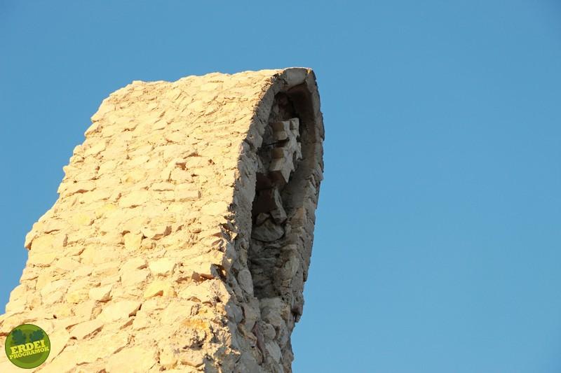 A kőkereszt ábrázolása a kápolna egyik tornyán - Fotó: Gribek Dániel